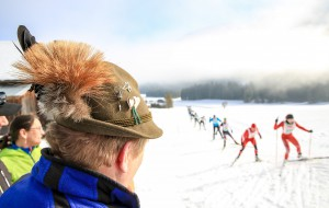 30.01.2016, Bad Mitterndorf, AUT, 37. Internationaler Steiralauf, 50 km Freie Technik, im Bild ein Zuschauer mit Hut und Gamsbart sowie Teilnehmer // spectator and competitors during the 37th international Steiralauf 50 km Freestyle in Bad Mitterndorf, Austria on 2016/01/30. EXPA Pictures © 2016, PhotoCredit: EXPA/ Martin Huber